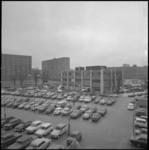 23918-3-2 Exterieur- en overzicht van het parkeerterrein van het wijkgezondheidscentrum aan de Briandplaats.