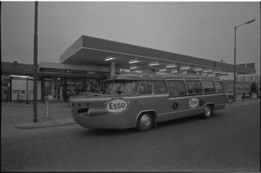 23947-1-7 Een autobusachtig voertuig staat voor een Esso tankstation aan de Prins Alexanderlaan in Ommoord.