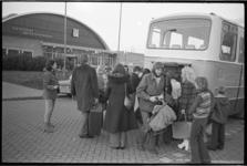 23948-2-24 Kinderen uit Ierland arriveren bij sporthal Groenendaal in Krimpen aan den IJssel.