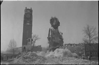 23951-6 De eerste toren van de Koninginnekerk tijdens het opblazen; de tweede toren staat overeind.
