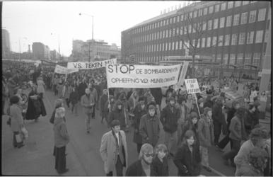 23953-2 Demonstranten lopen met spandoeken op de Coolsingel ter hoogte van het Beursplein.