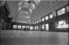 23969-3-16 De grote hal van het hoofdpostkantoor PTT aan de Coolsingel.