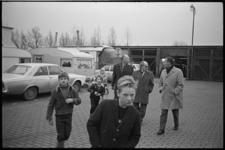 23976-6-23 Wethouder G.Z.de Vos (midden) bezoekt het woonwagenkamp De Kievit.
