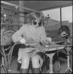 24010-4-4 Twee meisjes zijn met lasapparatuur aan het werk.