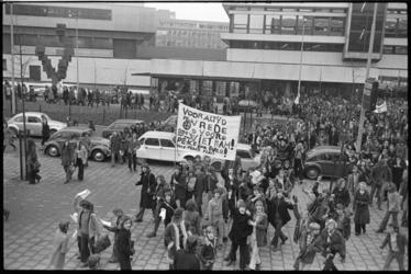 24026-1-41 Groepen scholieren met spandoeken tegen de Vietnamoorlog in de Heer Bokelweg bij het scholencomplex Technikon.