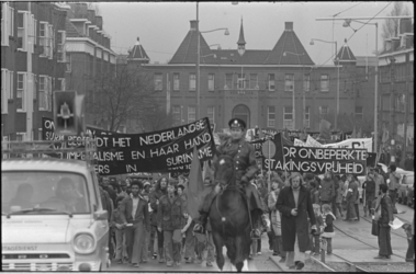 24047-6-8 Veel spandoekendragers en politie te paard bij de start van de protestmars in Spangen, bij het Kasteel.