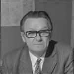24048-3-2 Portret van F.A. Diepenhorst, plaatsvervangend hoofd afdeling Onderwijs, Jeugdzaken en Vormingswerk.