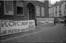 24049-7-24 Bewoners protesteren in de Ochterveldstraat met spandoeken tegen de bouw van kantoren op locaties waar nu ...