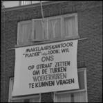 24072-1-2 Tekstborden tegen een pand aan de Mathenesserdijk 35c als protest tegen uitbuiting bij huisvesting van ...