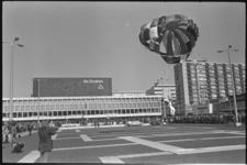 24089-2-38 Parachutisten landen op Schouwburgplein met de Doelen op de achtergrond.