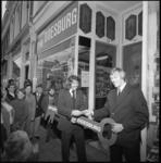 24117-4-3 Wil Kreuz overhandigt een sleutel aan Pim Doesburg (rechts) om het Sporthuis van Pim in de Noordmolenstraat ...