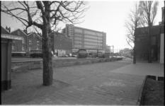 24143-6-89 Speelplaats Molenwaterweg met Stationspostgebouw op de achtergrond.