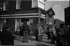 24145-3-64 Veel belangstelling bij de opening van de Wereldwinkel op het Bospolderplein.