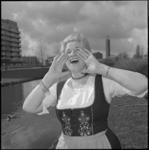 24164-3 In Tiroler-kleding jodelt Olga Lowina, pseudoniem van Olga Helena Lewina Musters, op de Kastanjesingel in ...