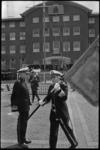 24185-6-41 Generaal-majoor der mariniers C.C. Schoenzetter draagt met het vaandel het commando over aan (tijdelijk) ...