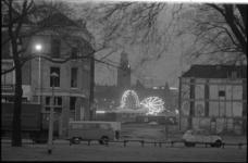 24190-6-11 Avondschemering op het Noordplein met slooppanden en doorkijkje richting de kermis in de hoek Hofdijk, ...