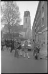 24198-4-19 Kinderen met rode tulpen aan het hoofd van de stille tocht, vanaf de Laurenskerk op weg naar het monument op ...
