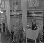 242-1 Minister-president dr. W. Drees opent vanaf een loopbrug het Unilever Researchlaboratorium voor West-Europa aan ...
