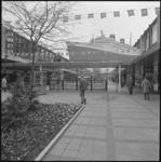 24202-2 Een twee-dimensionaal model van ss. Nieuw-Amsterdam, boven op de winkelpassage in de 'Holland-Amerika lijnbaan' ...