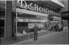 24220-7-36 Exterieur van het pand van De Rotterdammer aan de Westblaak 9-11. In de etalages zijn de krantenpagina's van ...