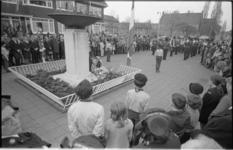 24223-3-25 Overzichtsfoto van de dodenherdeking op Seanredamplein met monument, publiek, vertegenwoordigingen van Leger ...