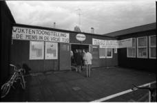 24248-4-5 Exterieur met spandoeken in verband met tentoonstelling in buurtgebouw 'Eigen Haard'.