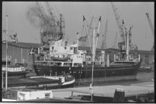 24325-7-31 Zee- en binnenvaartschepen liggen voor de Binnenhavenbrug.