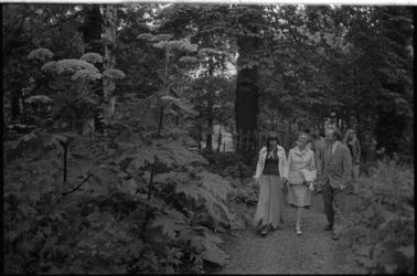 24347-4-4 Wethouder mr. H.C.G.L. Polak wandelt met mevrouw Stakenburg-Mees en haar dochter Emma door het officieel ...