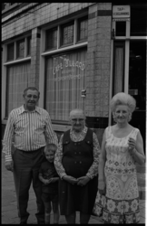 24348-3-0 Tante Truus (60) en ome Henk Versnel (64), met oma in het midden, voor café de Sportvriend in de Schinkelstraat.