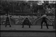 24356-2-11 Dansers van het Scapino Ballet met kledingwaslijn en publiek in het Openluchttheater Dijkzigt.