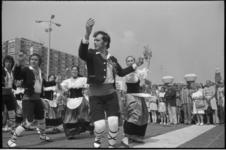 24359-4-32 Danser op voorgrond met Schouwburgplein.
