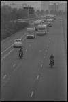 24359-6-1 De politie begeleidt de auto's en caravans van de zigeunergroep van Koko Petalo via de Maasboulevard naar de ...