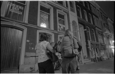 24375-2-35 Mensen arriveren bij de Sleep-in aan de Mauritsweg.