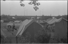 24379-1-41 Aantal tenten op de camping Kanaalweg, achtergrond een fly-over van het Kleinpolderplein.