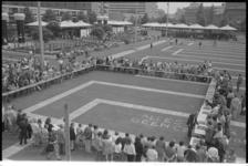 24380-1-29 Hoog overzicht van het Schouwburgplein met de deelnemers aan een simultaandamwedstrijd tegen wereldkamioen ...