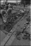 24381-4-27 Wegwerkers bezig met herstel van het wegdek van rijksweg A 16.