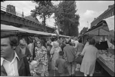 24384-6-32 Publiek wandelt tussen de marktkramen, links spoorviaduct en Laurenskerk, rechts PTT-gebouw aan de Binnenrotte.