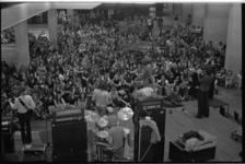 24386-2-4 Overzicht van de hal in de Doelen tijdens een muziekoptreden van popband.