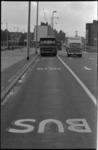 24386-7-39 Busbaantekst op wegdek met tegemoetkomende RET-bus.