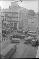 24445-4-20 Werknemers van Booy Clean blokkeren de kruising Witte de Withstraat / Hartmansstraat uit protest tegen een ...