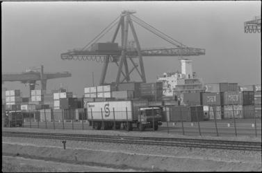 24507-3-29 Containeroverslag bij de Prinses Beatrixhaven. De eerste paal voor de uitbreiding van het middenterrein van ...