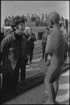 24518-2-17 Presentatrice Mies Bouwman oog in oog met het juist onthulde beeld Ketelbinkie van Huib Noorlander voor het ...
