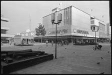 24521-5-45 Het pand van het woninginrichtingsbedrijf H.H. de Klerk aan het Binnenwegplein; het bedrijf viert 100- jarig ...