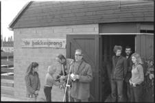 24526-4-10a Wethouder Henk van der Pols achter de microfoon bij kinderboerderij De Bokkesprong aan de Tjalklaan. Hij ...