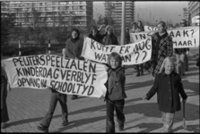 24540-1-35 Demonstratie van de projectgroep Kinderdagverblijf Ommoord voor kinderopvang in de wijk Ommoord.