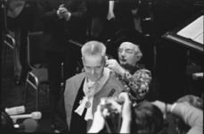 24553-4-27a Koningin Juliana hangt bij prof dr. J. Tinbergen de erepenning om van de Huisorde van Oranje voor ...