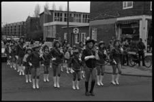 24573-2-8 Majorettes van de Trekvogels, ter gelegenheid van de intocht van Sinterklaas op de hoek Pinkstraat / Franselaan.
