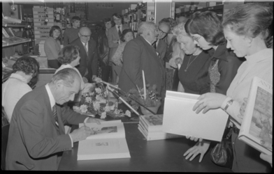 24600-1-15 Tekenaar Anton Pieck signeert in Algemeen Boekendepot De Maasstad NV