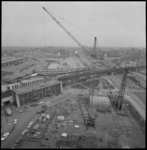 24642-2-9 Station Hofplein vanaf het Shell-kantoor aan het Hofplein. Op de voorgrond bouwterrein van nieuwe Shell-toren.