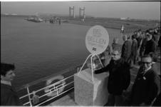 24648-4-21 Een door Atlas Copco uit Zwijndrecht ontworpen oliescherm wordt in de Neckarhaven in gebruik gesteld door ...